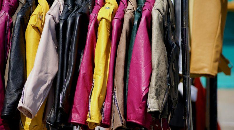Kožené bundy frčia v akejkoľvek farebnej kombinácii