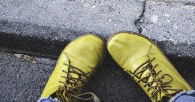 Členkové šnurovacie topánky sú trendom. Ako ich nosiť?